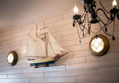 Restaurant Augusto - gros plan bateau - Naiade Plante 475x330