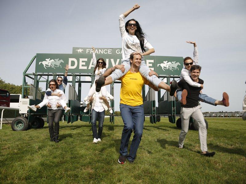 A l'hippodrome de la Touques, danse près des chevaux