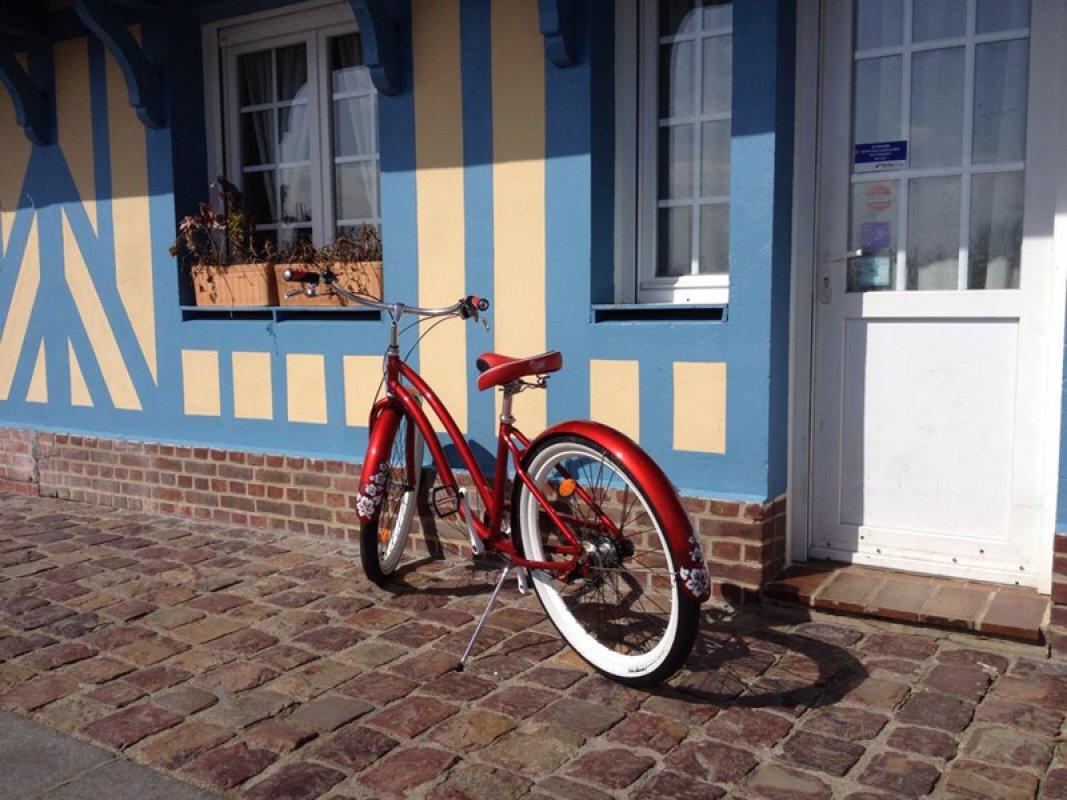 Les Trouvillaises, red bike