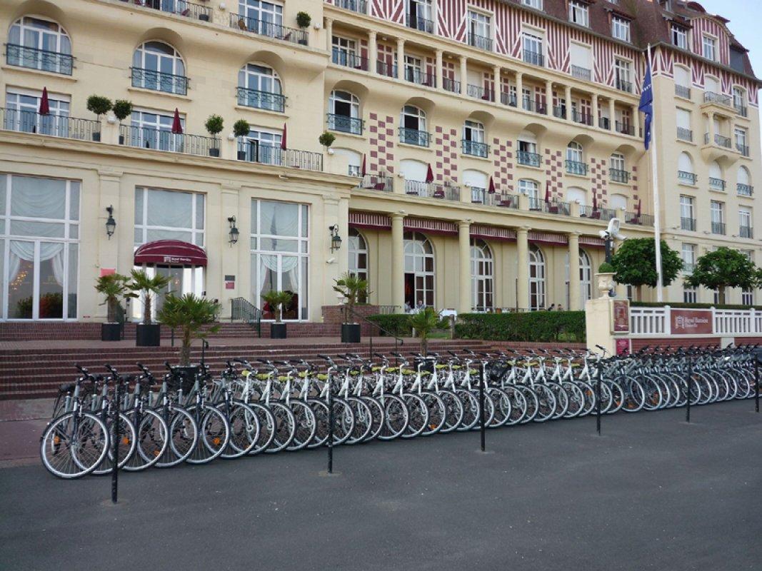 Les Findillaises, bicicletas frente al Royal Hotel