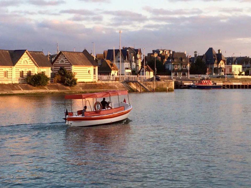 El pequeño ferry - cruzando al atardecer -